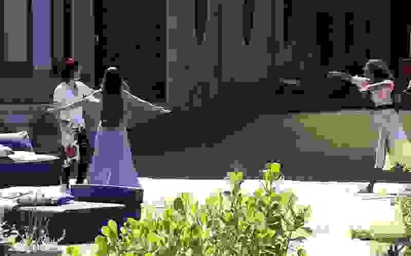 Após dinâmica especial, finalistas cantam e dançam no gramado do BBB21