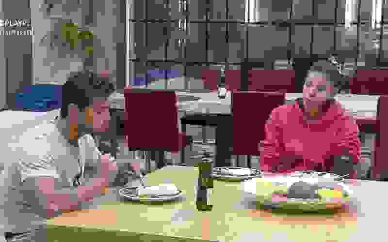 Jakelyne e Mariano dividem jantar na cozinha - A Fazenda 12